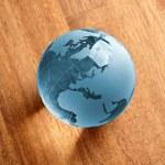 Globus erdball geo karte glas kristal natur öko blatt holz blau — Stock Photo #7925765