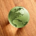 Globus erdball geo karte glas kristal natur öko blatt holz Grün — Stock Photo #7925784