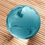 Globus erdball geo karte glas kristal wellness bambus Blau — Stock Photo