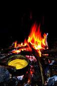 Hominy - traditionelles essen im camp fire — Stockfoto