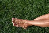 Pieds nus dans l'herbe — Photo