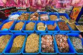 Torkad fisk i korgar på en marknad — Stockfoto