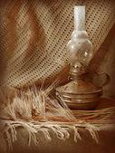 Natureza morta com lâmpada de querosene — Foto Stock