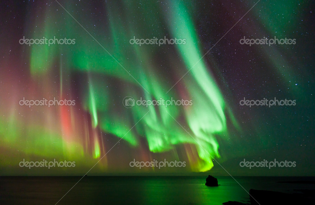 Aurora Borealis dances over the Arctic Ocean — Stock Photo #7749850