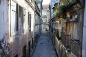 Piccola strada nel centro di lisbona - portogallo — Foto Stock