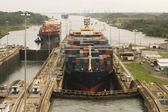 Naves entrando en el canal de panamá — Foto de Stock