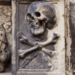 Skull And Crossbones On Headstone — Stock Photo