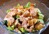 Fresh Garden Salad With Dressing And Croutons — Stock Photo