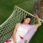 Aziatische vrouw ontspannen op het strand — Stockfoto