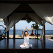 Yoga in een gazebo — Stockfoto