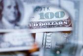 глядя на 100 долларов — Стоковое фото