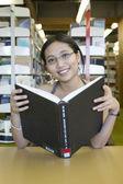 Estudando na biblioteca — Fotografia Stock