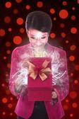 Bella donna aprire un regalo — Foto Stock