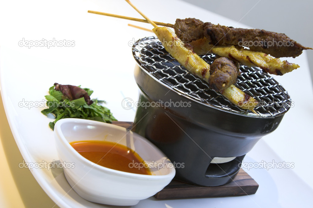 Traditional preparation of beef & chicken satay served with peanut sauce. — Stock Photo #7612291