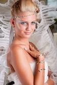 Giovane sposa in abito bianco con velo e diadema — Foto Stock
