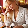 Blond women drinks tea — Stockfoto