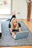 コンピューター上の女の子の中華鍋 — ストック写真