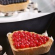 Heart-shaped tart with redcurrant — Stock Photo