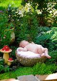 Das baby in einem garten — Stockfoto