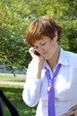 бизнес-леди трудно разговор по телефону — Стоковое фото