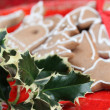 Holly twig and gingerbread cookies — Stock Photo