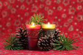 Christmas arrangement with candles and cones — Stock fotografie