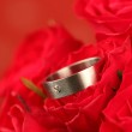 anillo de compromiso de titanio en rosa roja — Foto de Stock