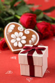 Gift, heart and roses — Stock Photo