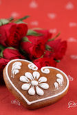 Gingerbread heart and roses — Stock Photo