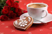 Gingerbread heart with coffee and roses — Stock Photo