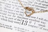 Zlatý náhrdelník se srdcem na bibli — Stock fotografie