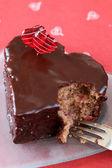 Bolo de chocolate com uma mordida em forma de coração — Fotografia Stock