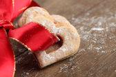 ショートブレッド心と赤いリボン — ストック写真