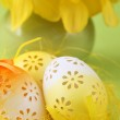Flowery Easter eggs and daffodils — Stock Photo