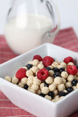 Vanilla cereals with raspberries and blueberries — Stock Photo