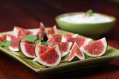 Black mission fig appetizers with nut and honey cheese — Stock Photo