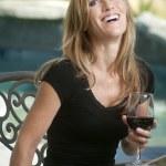 vrouw die lacht met glas wijn — Stockfoto