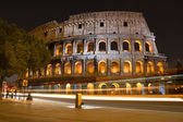 Colosseum in rome bij nacht — Stockfoto
