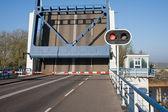 Otevřeno zvedací most v nizozemsku s červenou stopku — Stock fotografie