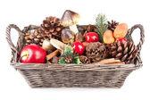 Dřevěný koš s podzimní dekorace — Stock fotografie