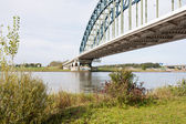 Oude ijzeren brug over de rivier de ijssel, nederland — Stockfoto
