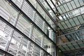 Wnętrze budynku z dużą ilością stali i szkła — Zdjęcie stockowe