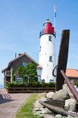 Faro holandés con un ancla grande delante de ella — Foto de Stock