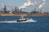 """""""usine"""" hollandaise en acier le long de la côte avec le bateau à moteur — Photo"""