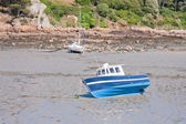 Small boats at ebb tide waiting for the rising water — Stock Photo