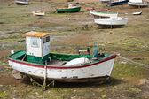Barcos en marea en bretagne, francia — Foto de Stock