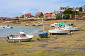 Ships by ebb-tide in harbor of Ploumanach, Brittany, France — Stock Photo