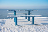 Snowy picnic table and bench along the dutch coast — Zdjęcie stockowe