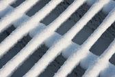 Rejilla ganado cubierto con nieve fresca nueva — Foto de Stock
