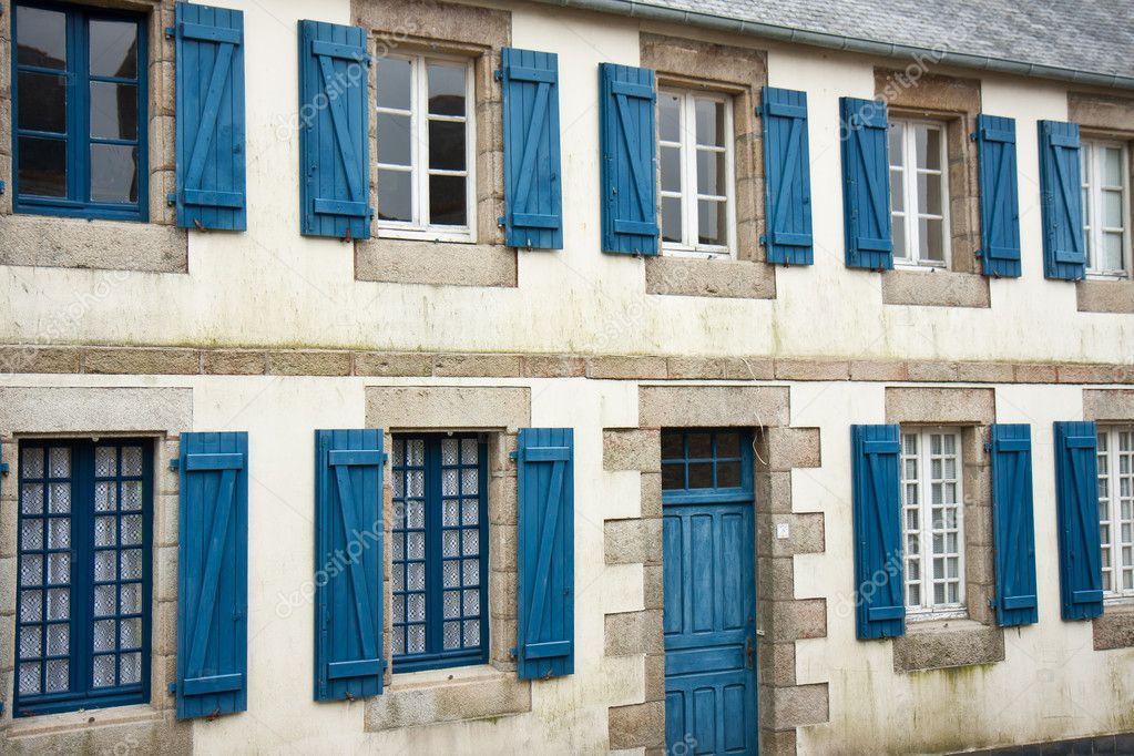 fassade des traditionellen breton h user mit blauen fensterl den in frankreich stockfoto 7547782. Black Bedroom Furniture Sets. Home Design Ideas